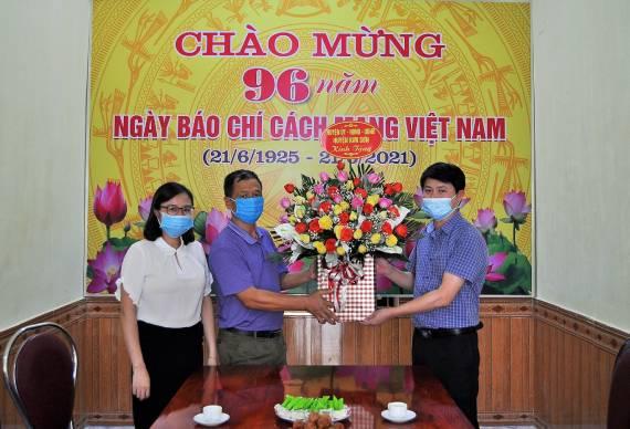 Lãnh đạo huyện thăm, chúc mừng TTVH thể thao và Truyền thanh huyện nhân kỷ niệm 96 năm ngày Báo chí Cách mạng Việt Nam 21/6